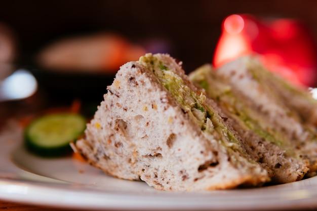 Kurczaka avocado sandwish w talerzu.