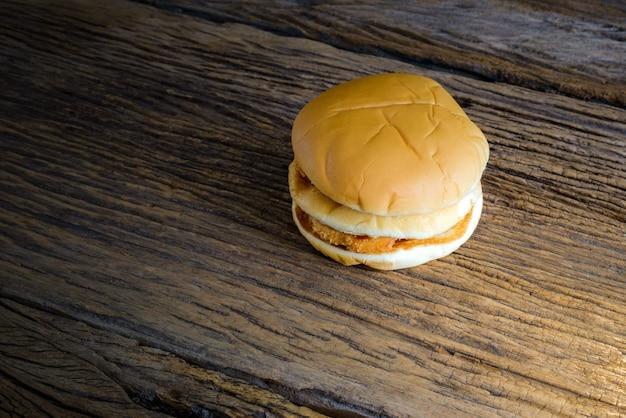 Kurczaka hamburger na drewnianym stole
