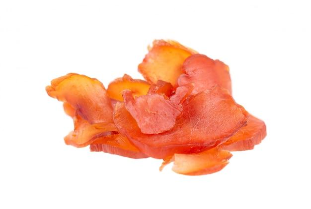 Kurczaka jerky odizolowywający na bielu. kawałki suchego mięsa. zbliżenie. ścieżka przycinająca.
