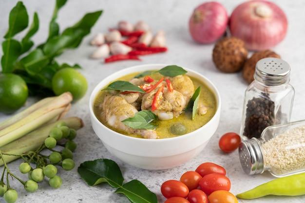 Kurczaka zielone curry w misce.