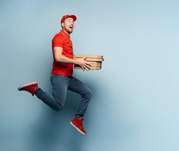 Kurier biegnie szybko, aby szybko dostarczyć pizze.