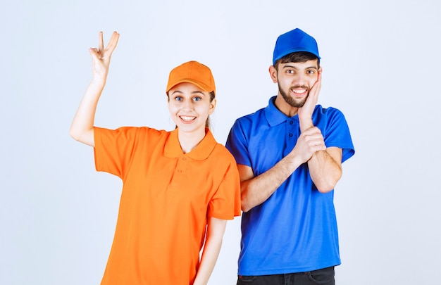 Kurier chłopiec i dziewczynka w niebiesko-żółtych mundurach przedstawiających znak radości i szczęścia.