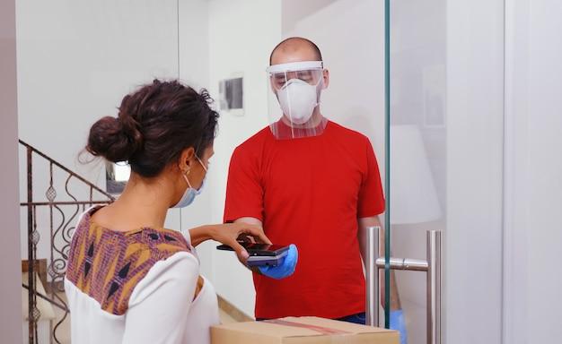 Kurier dostarcza jedzenie w domu podczas koronawirusa.