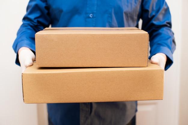 Kurier dostarcza paczkę do drzwi, dostawa zbliżeniowa