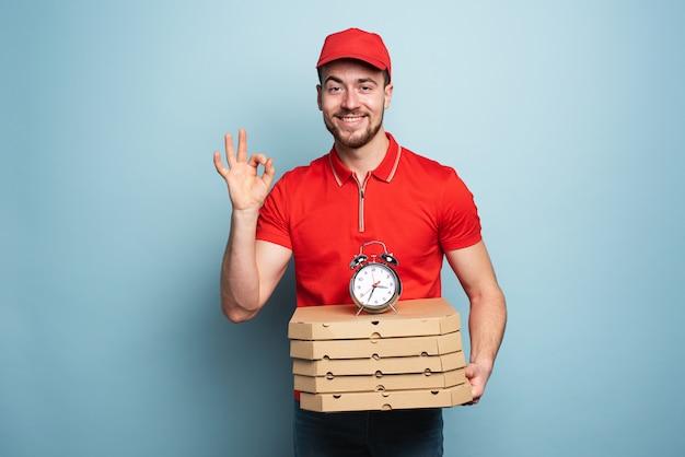 Kurier dostarczający pudełka z pizzą