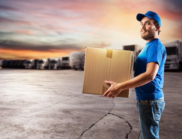 Kurier gotowy do dostarczenia paczek transportem samochodowym