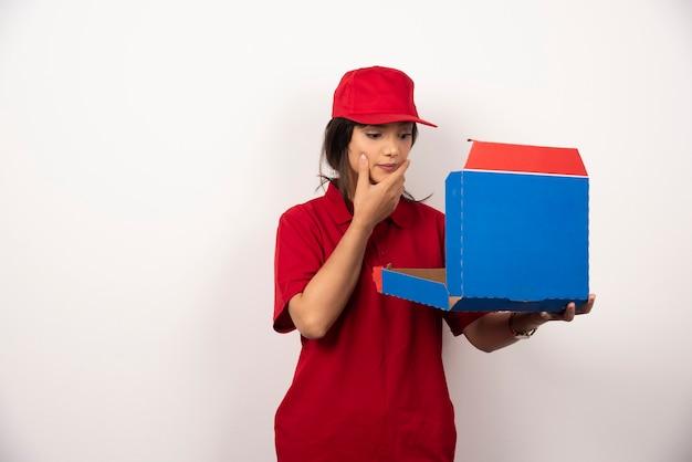 Kurier kobieta trzyma pusty karton.