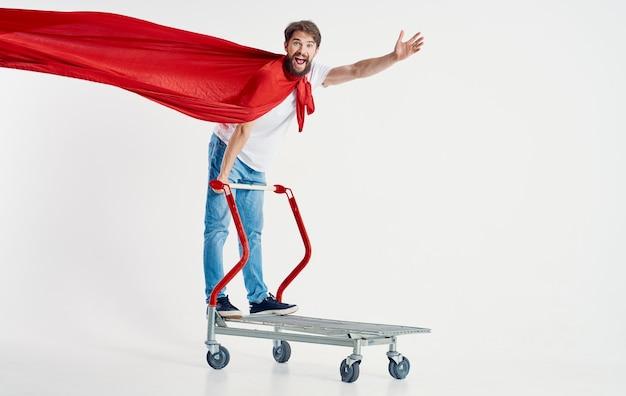 Kurier w czerwonym płaszczu ciężarówka superbohatera na jasnym tle