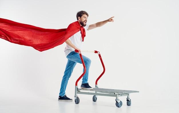 Kurier w czerwonym płaszczu dla superbohatera
