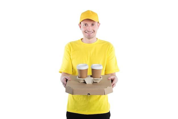 Kurier w kolorze żółtym, dostarczający pizzę na wynos i napoje.