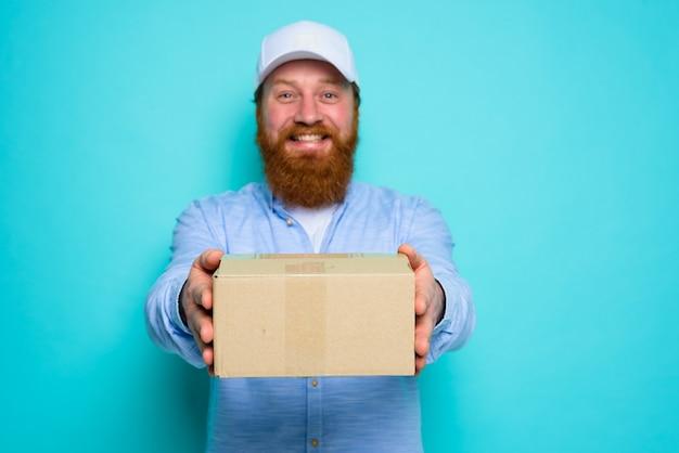 Kurier z kapeluszem chętnie dostarczy kartonowe pudełko