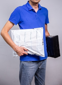 Kurier z paczkami w kasie, doręczenie przesyłek kurierem na adres.