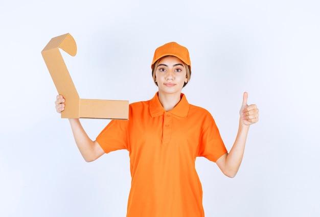 Kurierka w pomarańczowym mundurze trzymająca otwarte kartonowe pudełko i pokazująca znak przyjemności