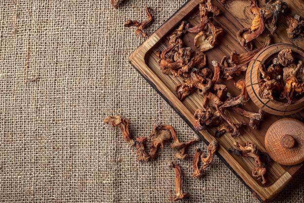 Kurki suszone, na drewnianej desce