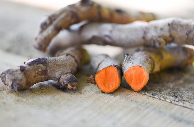 Kurkuma korzeniowa roślina na drewnianym stole dla ziołowych leków