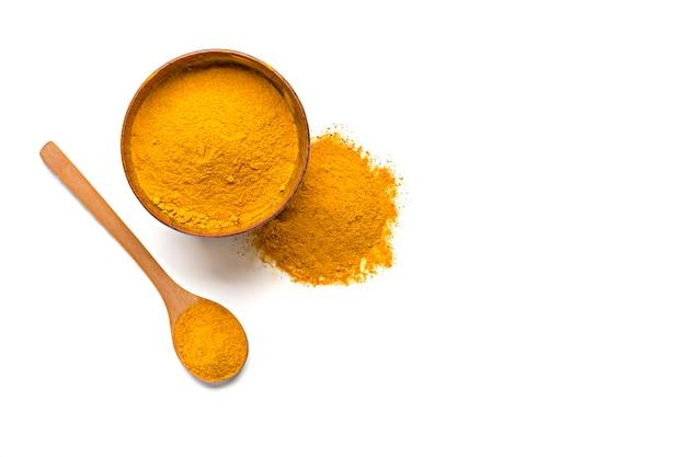 Kurkuma suszona (kurkumina), żółty proszek imbirowy na białym tle na białym tle,
