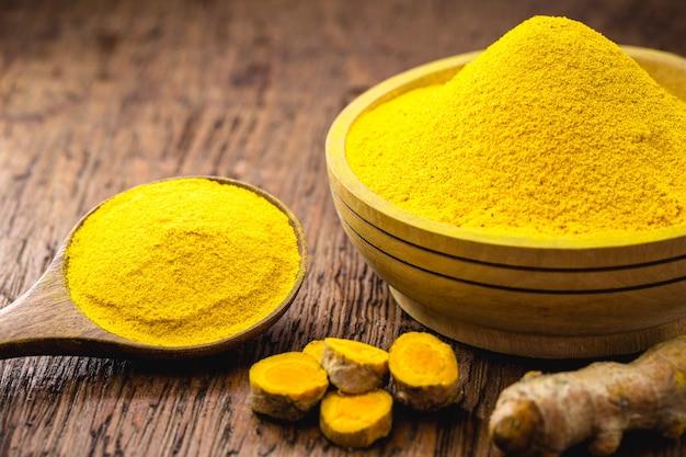 Kurkuma w proszku, smak kulinarny, znany również jako kurkuma, kurkuma lub korzeń słonecznika