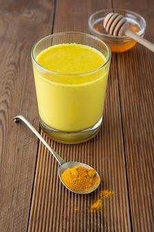 Kurkuma ze złotym mlekiem z miodem. lekarstwo na wiele chorób.