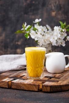 Kurkuma złote mleko z przyprawami