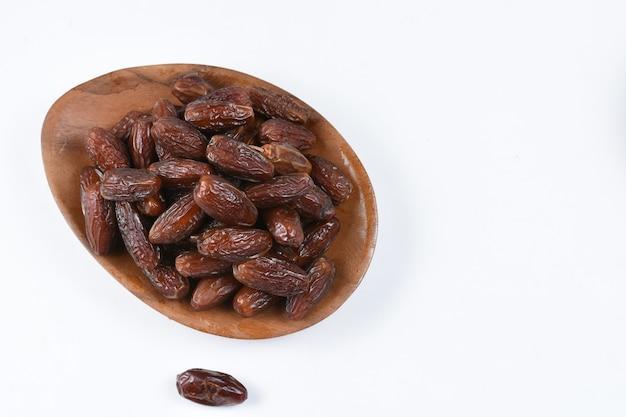 Kurma lub słodki suszony owoc palmowy na białym tle