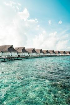 Kurort na malediwach i wyspa z plażą i morzem