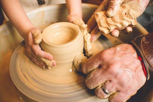 Kurs mistrzowski na temat modelowania gliny na kole garncarskim w warsztacie garncarskim