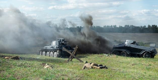 Kursk, rosja - sierpień 2020. rekonstrukcja wydarzeń militarnych. bitwa pod kurskiem 1943. żołnierze, czołgi i eksplozje na polu bitwy.