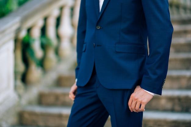 Kurtka na mężczyźnie to zbliżenie pana młodego na weselu