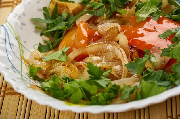 Kurutob - danie tadżyckie z chlebem pita i warzywami