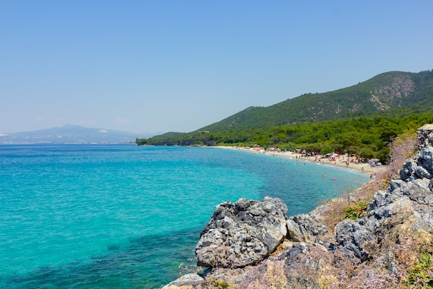 Kusadasi turcja 26 lipca 2019 park narodowy dilek w pobliżu kusadasi. ludzie opalają się na plaży
