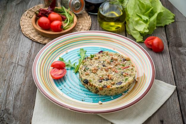 Kuskus z krewetkami i warzywami w misce