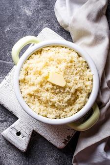 Kuskus z masłem w garnku