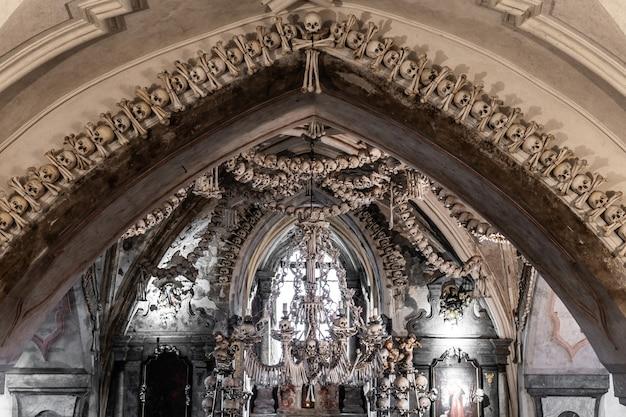 Kutna hora, czechy, maj 2019 - widok wnętrza ossuarium sedlec