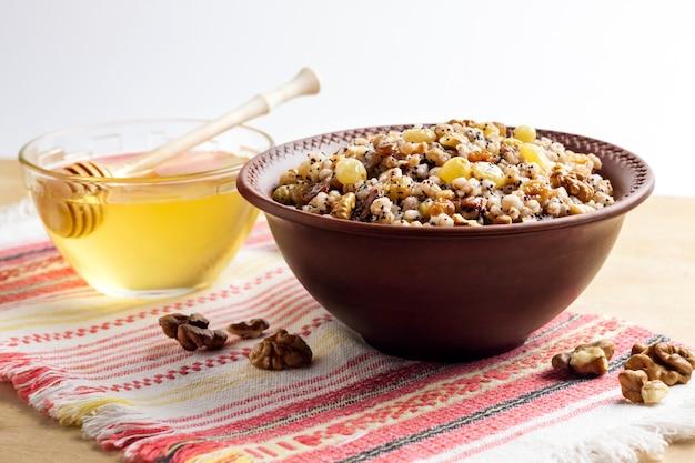 Kutya to ceremonialne danie zbożowe podawane przez wschodnich prawosławnych chrześcijan podczas świąt bożego narodzenia