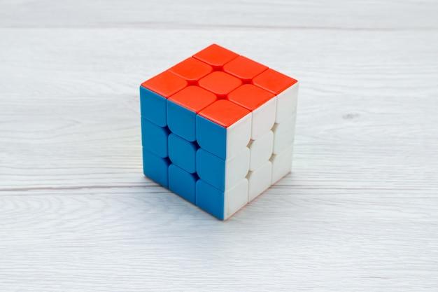 Kwadrat kostki rubisc utworzony na białym tle na światło