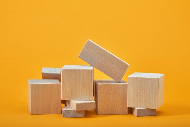 Kwadrat pustych drewnianych kostek w stylu makiety, kopia przestrzeń. drewniany szablon klocków do kreatywnego projektowania, miejsce na tekst.