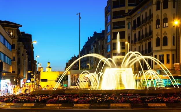 Kwadrat z fontanną w nocy. pamplona