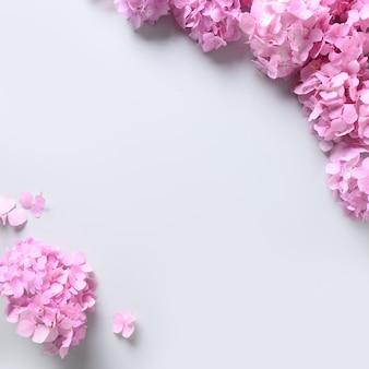 Kwadratowa ramka z różowymi kwiatami hortensji na szarym tle. kartkę z życzeniami na dzień matki z miejsca na kopię. widok z góry.