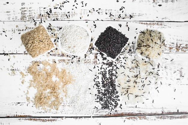 Kwadratowe białe miski z różnymi rodzajami ryżu