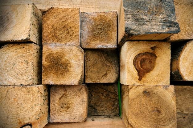 Kwadratowe drewno na zewnątrz