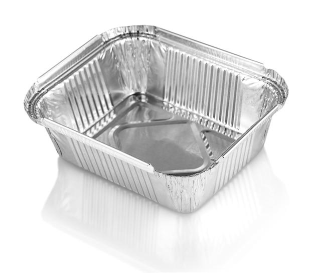 Kwadratowe kubki do pieczenia z folii aluminiowej na białym tle