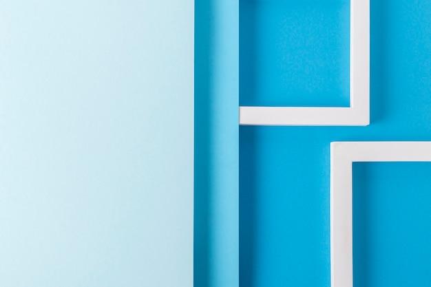 Kwadratowe podium na tle niebieskiego kartonowego wzoru złożonego materiału papierowego. widok z góry, układ płaski.