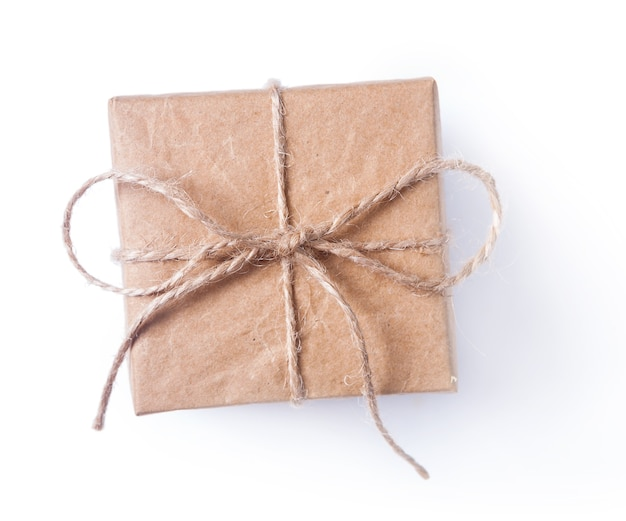 Kwadratowe pudełko brązowe z kokardą na białym tle