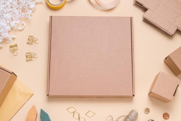 Kwadratowe pudełko kartonowe na kolorowym biurku