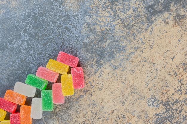 Kwadratowy kształt galaretki cukierki o smaku owoców na ciemnym tle. wysokiej jakości zdjęcie