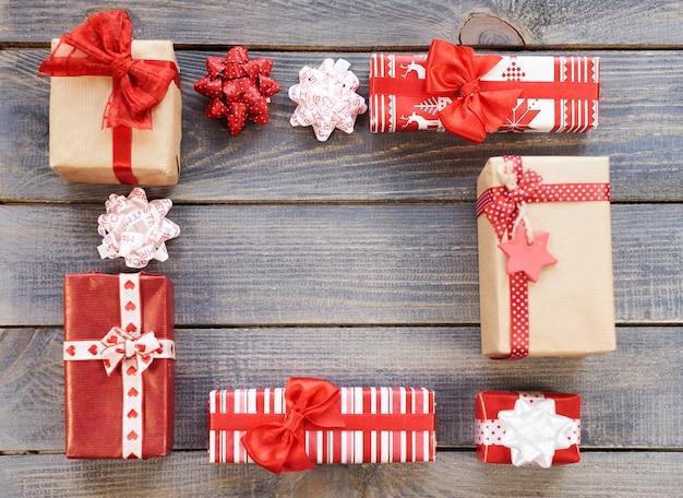 Kwadratowy kształt wykonany przez prezenty świąteczne
