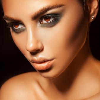 Kwadratowy portret uroczej kobiety z makijażem zdrowej skóry i zielonych kolorów