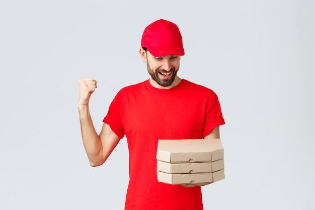 Kwarantanna z dostawą jedzenia zostań w domu i zamów koncepcję online szczęśliwy podekscytowany brodaty kurier w czerwonym tsh...