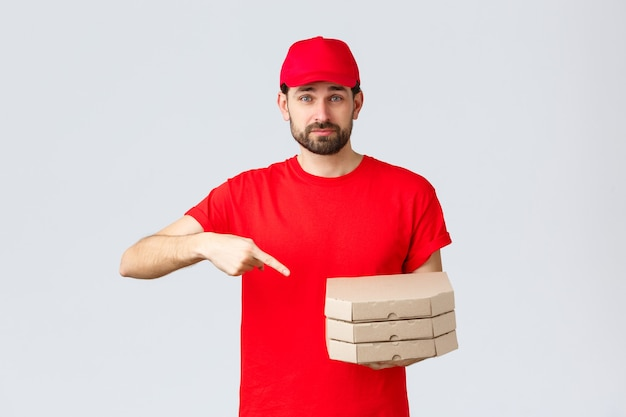 Kwarantanna z dostawą żywności zostań w domu i zamów koncepcję online pewny siebie przyjazny kurier w czerwonym mundurze...