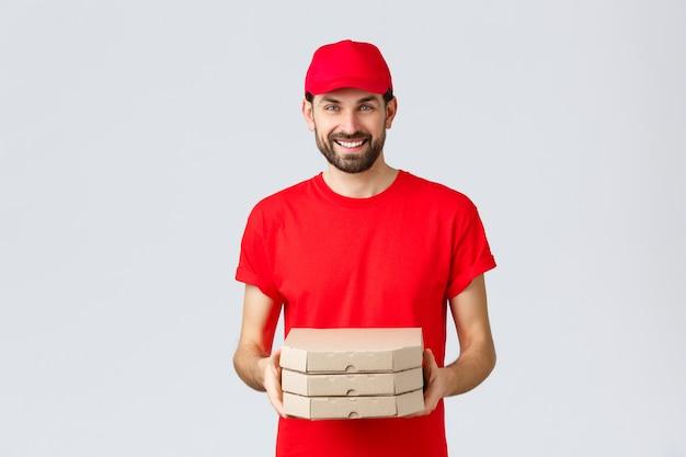 Kwarantanna z dostawą żywności zostań w domu i zamów koncepcję online przyjazny uśmiechnięty kurier w czerwonym mundurze ...